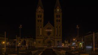 Nyíregyháza, 2014. március 30. A nyíregyházi római katolikus társszékesegyház a díszkivilágítás lekapcsolása után 2014. március 29-én este, amikor egy órára ismét kialudtak a fények a világ számos országában és városában, köztük Magyarországon is a Természetvédelmi Világalapnak (WWF) az energiatakarékosságra és az életmód újragondolására buzdító, Föld órája elnevezésû globális környezetvédelmi kampánya keretében. MTI Fotó: Balázs Attila