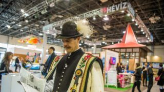 Budapest, 2018. március 1. Férfi népviseletben az Utazás 2018 kiállításon a Hungexpo Budapesti Vásárközpontban megnyitó napján, 2018. március 1-jén. MTI Fotó: Balogh Zoltán