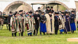 Hortobágy, 2017. április 22. Hagyományõrzõ pásztorok és gulyások és csikósok szûr viseletben a hortobágyi Kilenclyukú híd mellett. A szûr egy õsi viselet egy vállra vetett köpeny szerû ruházat. A szûr jelentése kettõs, mely egyrészt az anyagot, szûrposztót, másrészt pedig az ebbõl a szûranyagból készült, és ugyancsak szûrnek nevezett kabátféle felsõruhát jelenti. A suba mellett a magyar népviselet legsajátosabb ruhadarabja.  MTVA/Bizományosi: Faludi Imre  *************************** Kedves Felhasználó! Ez a fotó nem a Duna Médiaszolgáltató Zrt./MTI által készített és kiadott fényképfelvétel, így harmadik személy által támasztott bárminemû – különösen szerzõi jogi, szomszédos jogi és személyiségi jogi – igényért a fotó készítõje közvetlenül maga áll helyt, az MTVA felelõssége e körben kizárt.