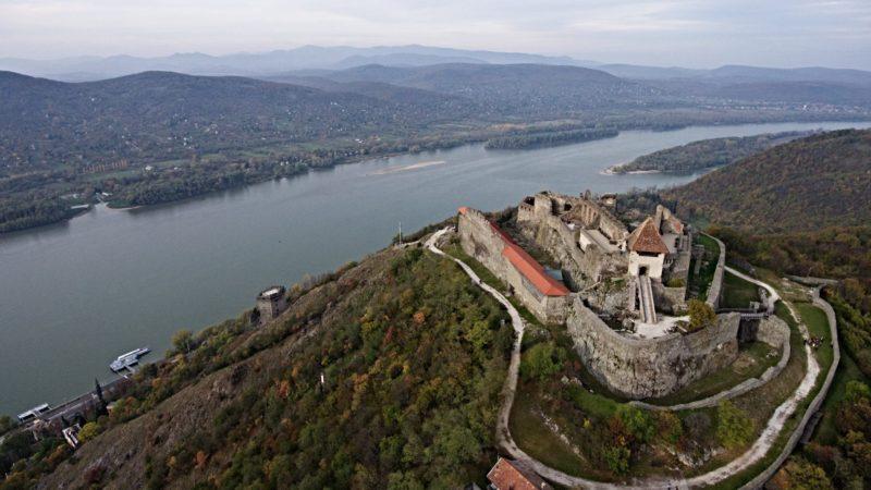 Visegrád, 2017. október 26. A drónnal készült felvételen a Dunakanyar látképe Visegrád felõl 2017. október 26-án. 25 éve, 1992. október 25-én terelték a Dunát csehszlovák területre 40 kilométer hosszan a bõsi erõmû sikeres próbaüzemét követõen. Az elõtérben a visegrádi fellegvár látható. MTI Fotó: Ruzsa István
