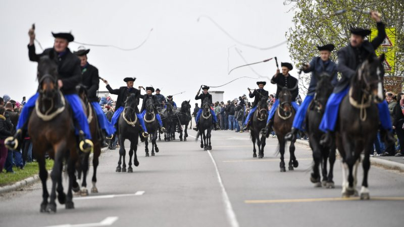 Hortobágy, 2017. április 22. Csikósok vonulnak a Szent György-napi kihajtási ünnepen a hortobágyi Kilenclyukú hídnál 2017. április 22-én. MTI Fotó: Czeglédi Zsolt