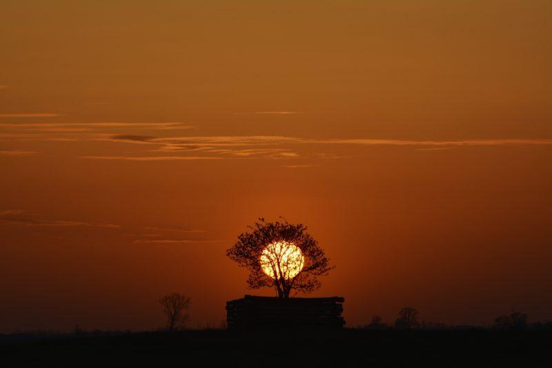 Mezõpeterd, 2018. április 9. Vöröslõ égbolt a naplementében Mezõpeterd közelében 2018. április 9-én. Az Országos Meteorológiai Szolgálat jelentése szerint egy nagy méretû ciklon szaharai port szállít térségünk felé, emiatt a hajnali órákban és alkonyat idején az égbolt vörösebb árnyalatú. MTI Fotó: Czeglédi Zsolt