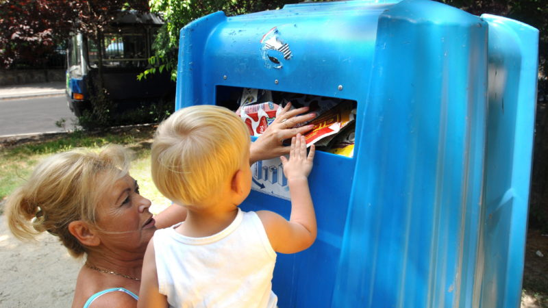 Budapest, 2009. június 9. Egy nagymama és unokája kidobnak egy tejesdobozt a Belavaló dobozok elnevezéssel indított kezdeményezés egyik helyszínén. Az Italos Karton Környezetvédelmi Egyesülés az akcióval kívánja felhívnia az emberek figyelmét, hogy italos kartondobozokat is a szelektív hulladékgyûjtõ pontokon dobják el. MTI Fotó: Kollányi Péter