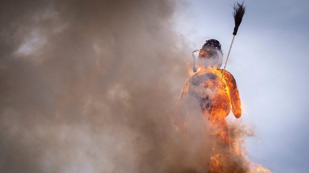 Zürich, 2018. április 16. A Böögg nevû hóemberfigura lángol a hagyományos svájci télbúcsúztató Sechseläuten ünnepen Zürichben 2018. április 16-án. A hiedelem szerint minél gyorsabban ég el a Böögg, annál melegebb nyárra lehet számítani. (MTI/EPA/Melanie Duchene)