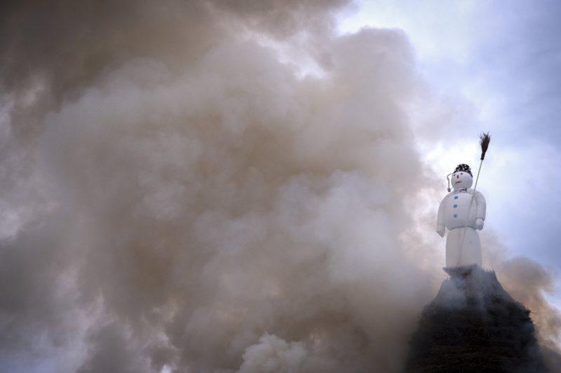Zürich, 2018. április 16. Máglya füstöl a Böögg nevû hóemberfigura alatt a hagyományos svájci télbúcsúztató Sechseläuten ünnepen Zürichben 2018. április 16-án. A hiedelem szerint minél gyorsabban ég el a Böögg, annál melegebb nyárra lehet számítani. (MTI/EPA/Melanie Duchene)