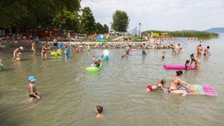 Balatongyörök, 2015. július 1. Fürdõzõk a Balatonban a balatongyöröki strandon 2015. július 1-jén. MTI Fotó: Varga György