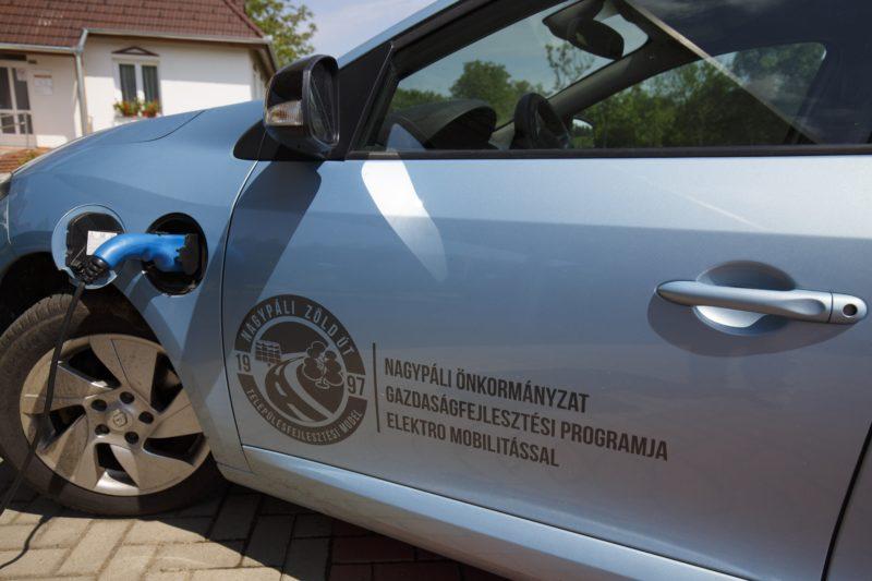 Nagypáli, 2018. május 9. Az önkormányzat elektromos autóját töltik a Zala megyei Nagypáliban az önkormányzat parkolójának tetején elhelyezett napelemekbõl származó elektromos energiával 2018. május 9-én. Az E.ON Energy Globe Magyarország díját önkormányzati kategóriában a Nagypáli Önkormányzat Zöld Út Falufejlesztési programjának ítélte oda a zsûri, ugyanis a programnak köszönhetõen a falu központjában smaragdfa liget épül, hibrid erõmû (szél- és napenergia), illetve fotovoltaikus napelem telep található. MTI Fotó: Varga György