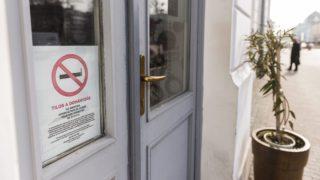 Nyíregyháza, 2014. február 26. A dohányzást - a magyaron kívül négy nyelven, angolul, franciául, németül és oroszul - tiltó tábla az egyik nyíregyházi kávézó bejáratán 2014. február 26-án. A nemdohányzók védelméért március 1-ig kell kihelyezni a többnyelvû, a dohányzást tiltó, illetve dohányzásra kijelölt helyet jelölõ táblákat a közforgalmú intézményekben. MTI Fotó: Balázs Attila