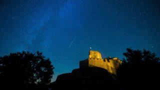Hollókõ, 2016. augusztus 12. Egy meteor látszik az égbolton a hollókõi vár felett 2016. augusztus 12-én. A Föld belépett a Perseida meteorraj összetevõit alkotó 109P/Swift-Tuttle üstökös pályája mentén szétszórt porfelhõbe. MTI Fotó: Komka Péter