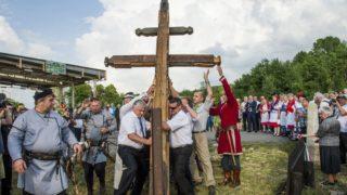 Kalonda, 2018. május 29. Palóc határkeresztet állítanak a szlovák-magyar határon, a Nógrád megyei Ipolytarnóc és a losonci járásban lévõ szlovákiai Kalonda között 2018. május 29-én. A palócok összetartozását jelképezõ kettõs keresztet 68 településrõl, nagyrészt az Ipoly és a Dobroda völgyébõl kapott faanyagból ácsolták a Pro Kalondiensis Polgári Társulás kezdeményezésére. MTI Fotó: Komka Péter