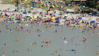 Balatonlelle, 2011. július 9. Fürdõzõk a balatonlellei strandon. MTI Fotó: H. Szabó Sándor