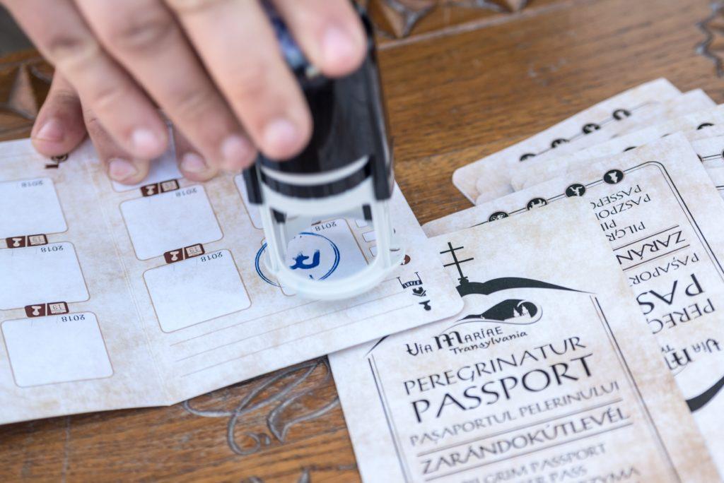 Parajd, 2018. május 13. Zarándokútlevelet pecsételnek a csíksomlyói búcsúba tartó gyalogos zarándoklat indulása elõtt Parajdon 2018. május 13-án. A résztvevõk öt nap alatt teszik a Mária-út utolsó száz kilométerét. MTI Fotó: Veres Nándor