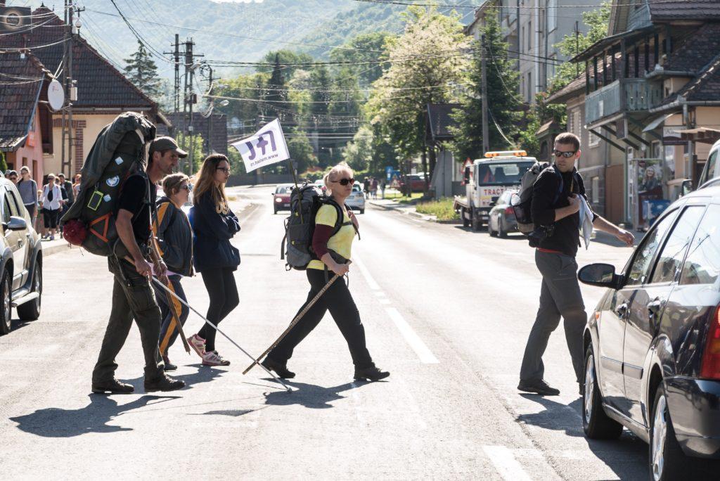 Parajd, 2018. május 13. A csíksomlyói búcsúba tartó gyalogos zarándoklat résztvevõi Parajdon 2018. május 13-án. A résztvevõk öt nap alatt teszik a Mária-út utolsó száz kilométerét. MTI Fotó: Veres Nándor