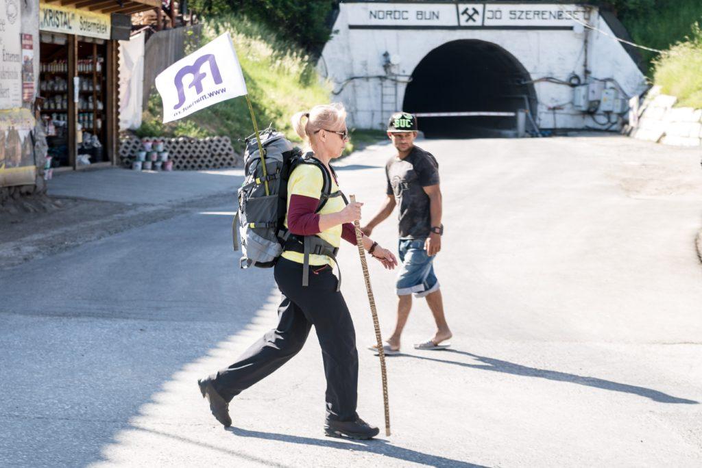 Parajd, 2018. május 13. A csíksomlyói búcsúba tartó gyalogos zarándoklat egyik résztvevõje Parajdon 2018. május 13-án. A résztvevõk öt nap alatt teszik a Mária-út utolsó száz kilométerét. MTI Fotó: Veres Nándor