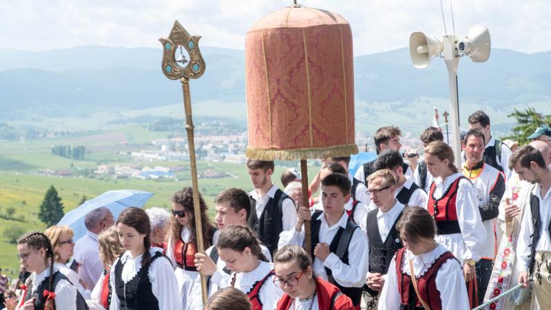Csíksomlyó, 2018. május 19. A labarumot viszik a csíksomlyói kegytemplomból a csíksomlyói búcsún tartott szentmisére, a Kis- és Nagysomlyó-hegy közötti hegynyereghez 2018. május 19-én. MTI Fotó: Veres Nándor