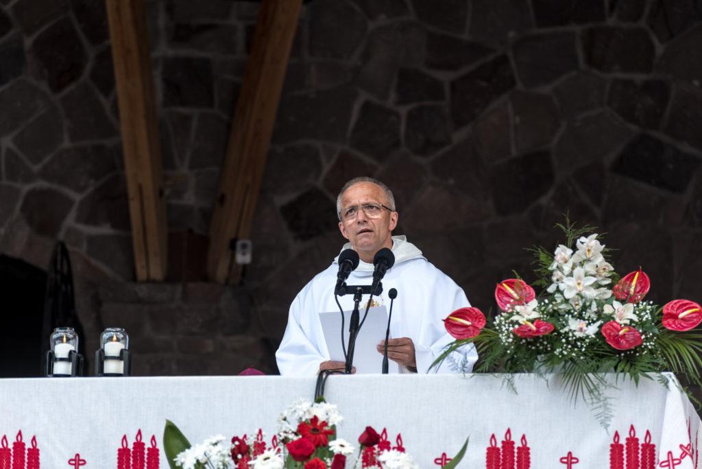 Csíksomlyó, 2018. május 19. Marian Adam Waligóra pálos szerzetes, a czestochowai Jasna Góra-i pálos kolostor házfõnöke szentmisét celebrál a csíksomlyói búcsún, a Kis- és Nagysomlyó-hegy közötti hegynyergen 2018. május 19-én. MTI Fotó: Veres Nándor