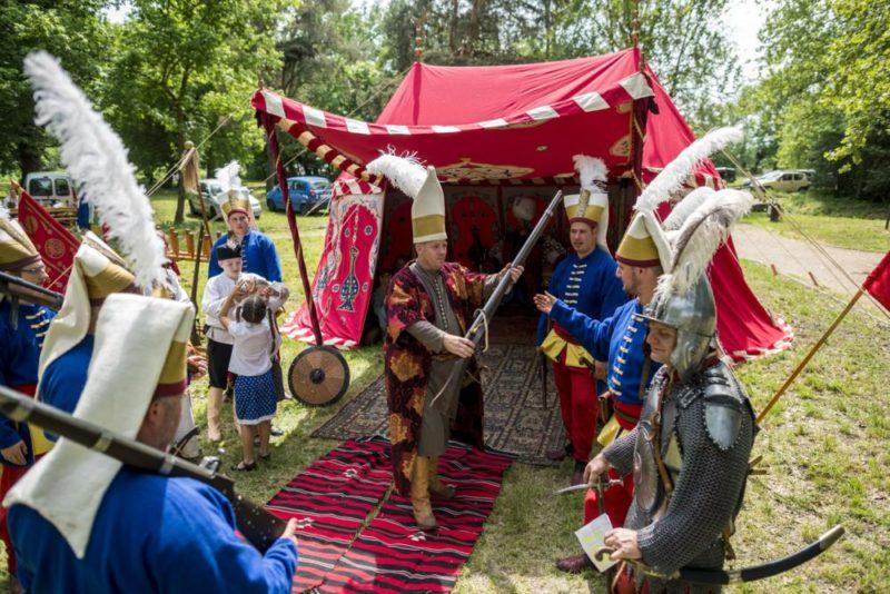 Szigetvár, 2018. május 1. Korhû törökkori szultáni sátor elõtt állnak a Zrínyi Miklós Hagyományõrzõ Sport Egyesület tagjai a Szigetváron tartott bemutatón 2018. május 1-jén. MTI Fotó: Sóki Tamás