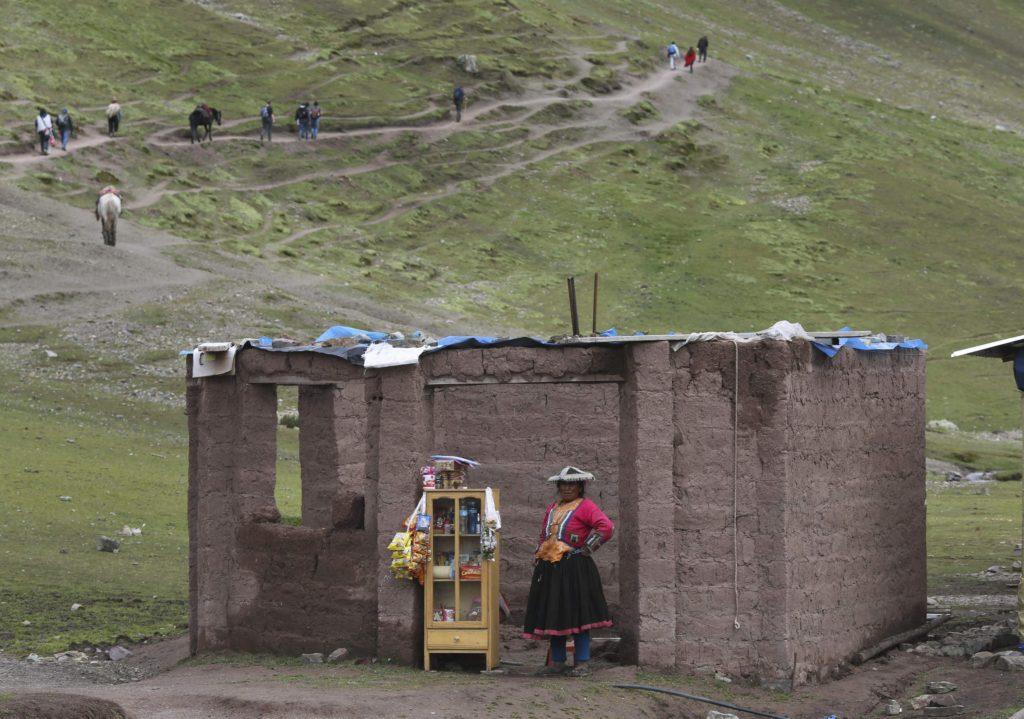 Cusco körzet, 2018. május 2. A 2018. március 2-i képen egy perui õslakos nõ frissítõket árusít az Andok Vinicunca-hegyére vezetõ turistaösvény mentén, Cusco körzetében. Az 5200 méter tengerszint feletti magasságban tornyosuló Vinicunca, más néven Szivárvány-hegy oldalai a több millió éve lerakódott üledékrétegnek a földkéreg mozgása által láthatóvá vált színes sávjairól kapta a nevét, a turisták azonban csak a legutóbbi évtizedben fedezték fel a látványos természeti képzõdményt. (MTI/AP/Martin Mejia)