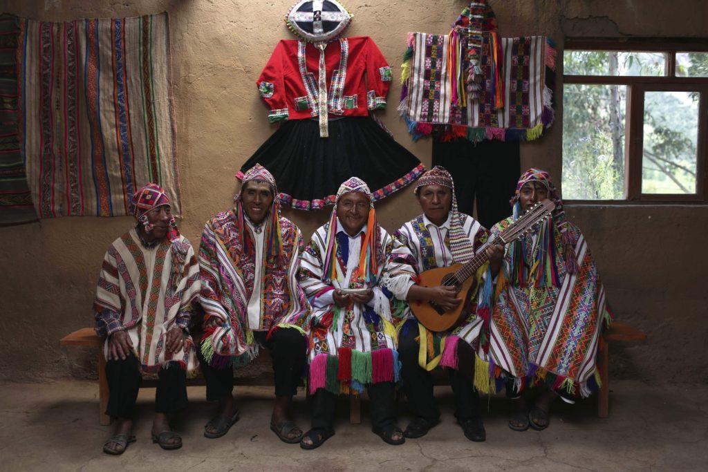 Cusco körzet, 2018. május 2. 2018. április 4-i kép perui õslakos zenészekrõl az Andok Vinicunca-hegyével szomszédos Pitumarca-völgyben, Cusco körzetben. Az 5200 méter tengerszint feletti magasságban tornyosuló Vinicunca, más néven Szivárvány-hegy oldalai a több millió éve lerakódott üledékrétegnek a földkéreg mozgása által láthatóvá vált színes sávjairól kapta a nevét, a turisták azonban csak a legutóbbi évtizedben fedezték fel a látványos természeti képzõdményt. (MTI/AP/Martin Mejia)
