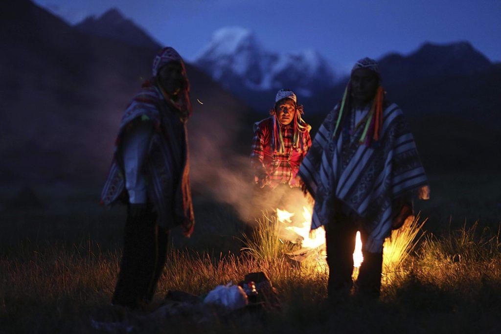 Cusco körzet, 2018. május 2. 2018. április 4-i kép perui õslakosokról az Andok Vinicunca-hegyének lábánál, Cusco körzetben. Az 5200 méter tengerszint feletti magasságban tornyosuló Vinicunca, más néven Szivárvány-hegy oldalai a több millió éve lerakódott üledékrétegnek a földkéreg mozgása által láthatóvá vált színes sávjairól kapta a nevét, a turisták azonban csak a legutóbbi évtizedben fedezték fel a látványos természeti képzõdményt. (MTI/AP/Martin Mejia)