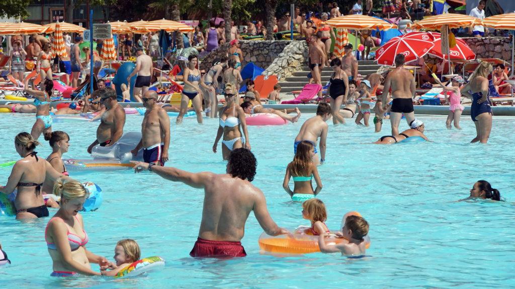 Hajdúszoboszló, 2017. július 21. Fürdõzõk a hajdúszoboszlói gyógyfürdõben, melynek strandját már 60% arányban többen keresik fel a külföldi vendégek, mint a hazaiak. Legtöbben, - a szeptember végéig tartó szezonban - Lengyelországból, Romániából, Szlovákiából és Ukrajnából érkeznek. A pihenni, szórakozni vágyókat 13 medence 13.000 négyzetméternyi vízfelülete várja az Aquapark szolgáltatásai mellett. MTVA/Bizományosi: Oláh Tibor  *************************** Kedves Felhasználó! Ez a fotó nem a Duna Médiaszolgáltató Zrt./MTI által készített és kiadott fényképfelvétel, így harmadik személy által támasztott bárminemû – különösen szerzõi jogi, szomszédos jogi és személyiségi jogi – igényért a fotó készítõje közvetlenül maga áll helyt, az MTVA felelõssége e körben kizárt.