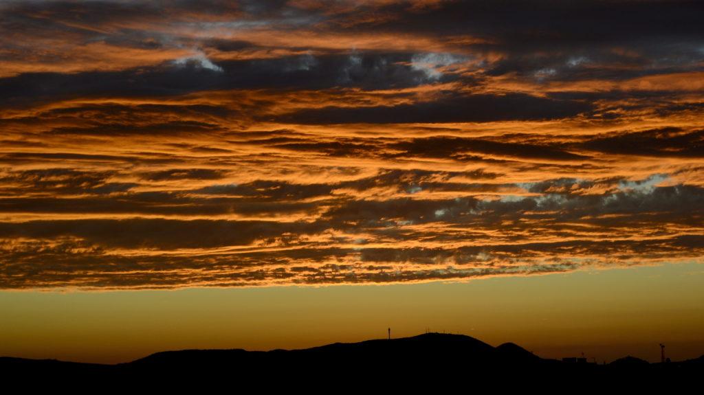 Budapest, 2016. július 3.  Színes felhõk naplemente után a budai hegyek fölött. MTVA/Bizományosi: Róka László  *************************** Kedves Felhasználó! Ez a fotó nem a Duna Médiaszolgáltató Zrt./MTI által készített és kiadott fényképfelvétel, így harmadik személy által támasztott bárminemû – különösen szerzõi jogi, szomszédos jogi és személyiségi jogi – igényért a fotó készítõje közvetlenül maga áll helyt, az MTVA felelõssége e körben kizárt.