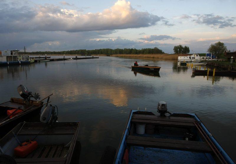 Abádszalók, 2014. április 9.Egy horgász motorcsónakkal a Tisza-tavon, Abádszalókon, az Abádi kikötõben 2014. április 9-én. Vízügyi szakemberek befejezték a tározótó feltöltését, a nyári vízszintet a korábbi években megszokott 725 centiméteres értékre állították be.MTI Fotó: Bugány János