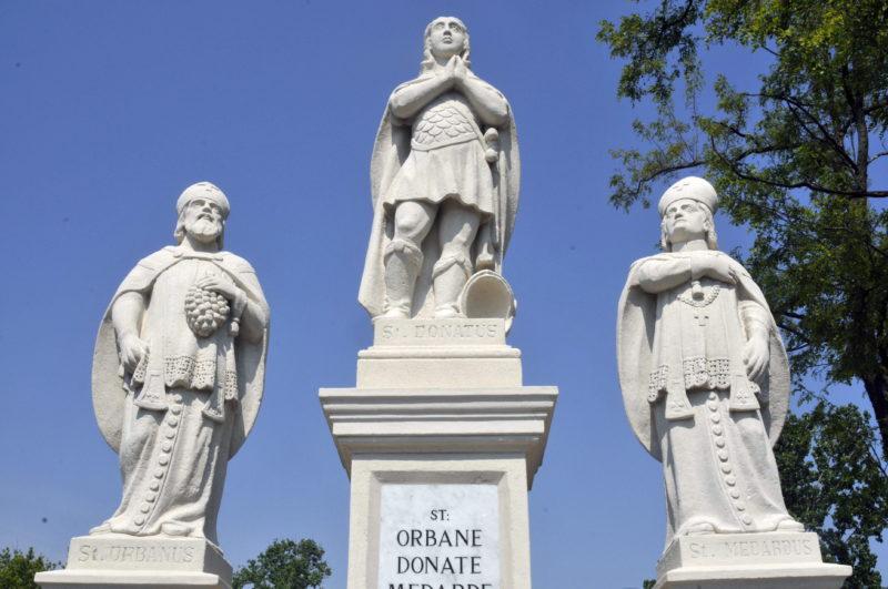 Jászberény, 2009. május 3. Felújították Jászberényben az Idõjósló Szentek szobrát, mely igazi különlegesség, mivel egész Európában nincs rá példa, hogy a három szent - Medárd, Donát és Orbán - egy kompozícióban szerepeljen. Az Idõjósló Szentek szobrát 260 éve állították fel a város határában és az évfordulóra a helyi Városvédõ és Szépítõ Egyesület felújíttatta. MTI Fotó: Mészáros János