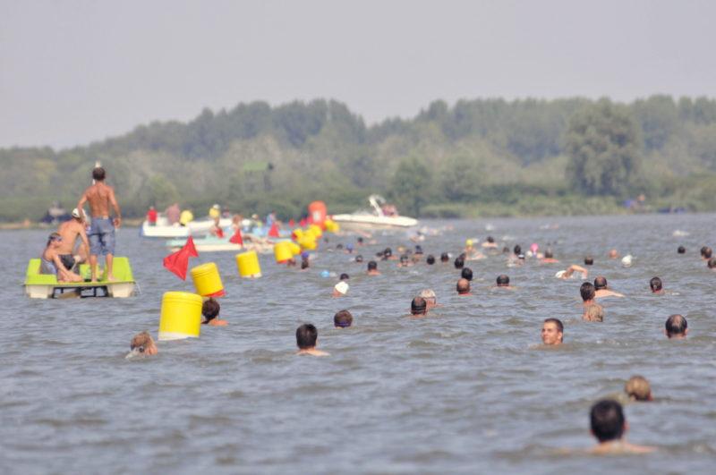 Abádszalók, 2009. augusztus 31.Résztvevõk rajtolnak Abádszalókon az Attila-öbölbõl a Tisza-tó átúszására. Az idén elõször a versenyzõk a strandról rajtoltak és a tó közepén fordultak vissza, hogy ugyanott érjenek célba.MTI Fotó: Mészáros János
