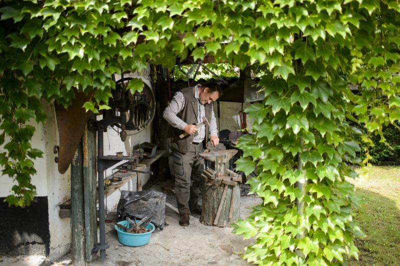 Pásztó, 2018. június 6. Szalai István dolgozik az erdei múzeumának és otthonának szabadtéri mûhelyében, Pásztó közelében 2018. június 6-án. A magángyûjtemény helytörténeti, honismereti és vadgazdálkodással kapcsolatos tárgyakat mutat be. MTI Fotó: Komka Péter