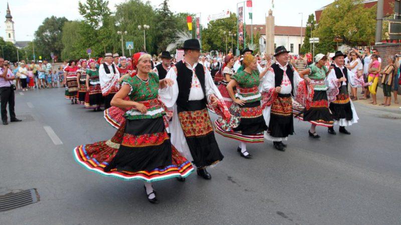 Mezõkövesd, 2012. augusztus 5. Matyó népviseletbe öltözött emberek vonulnak a Matyó Folklór Fesztiválon augusztus 5-én Mezõkövesden. A matyó örökséget is felterjesztették az UNESCO szellemi kulturális örökség reprezentatív listájára. MTI Fotó: Vajda János