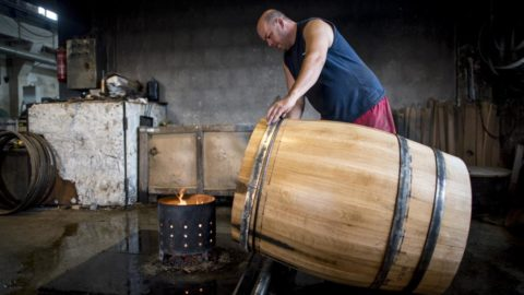 Palotabozsok, 2018. június 19. Hordót hajlít egy szakember az Európai Kádárok Kft. palotabozsoki üzemében 2018. június 19-én. A hordót alkotó dongákat vízzel és melegítéssel puhítják fel a hajlításhoz. MTI Fotó: Sóki Tamás