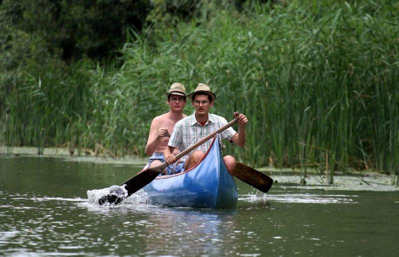 Tiszavalk, 2009. augusztus 17.Vízitúrázók kenuznak a Tisza-tavon a Borsod-Abaúj-Zemplén megyei Tiszavalk határában 2009. augusztus 14-én. Ez év végéig fejezõdik be az elõkészítése annak az élõhely-rehabilitációs és fejlesztési programnak, mely közel százmillió forintból, várhatóan jövõ nyáron valósul meg a Tisza-tó tiszavalki medencéjében.MTI Fotó: Bugány János