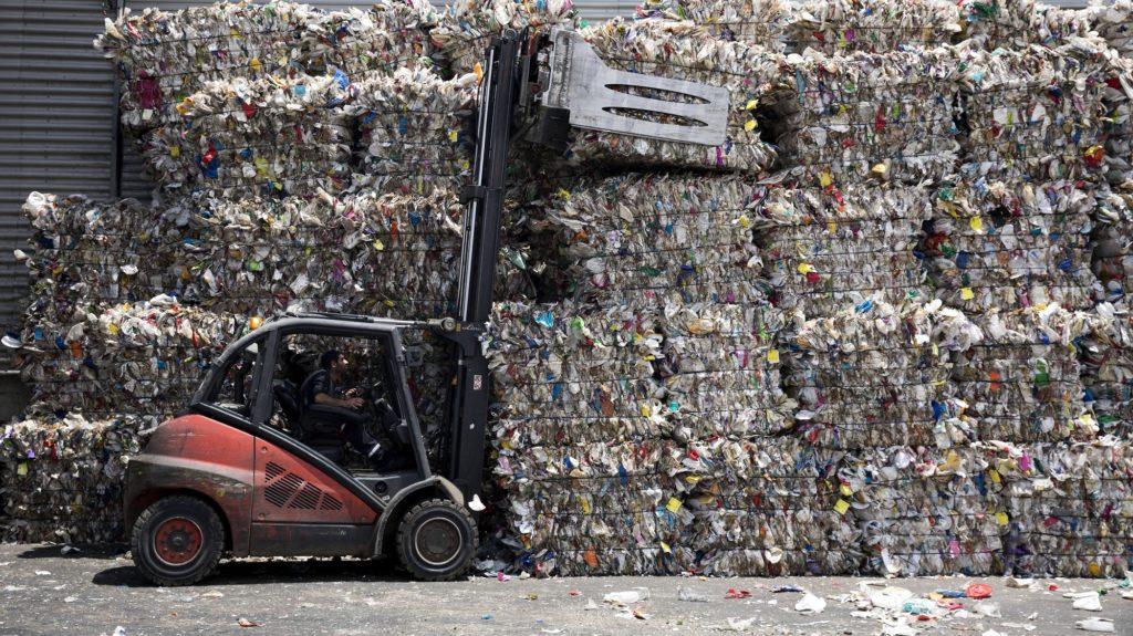 Jeruzsálem, 2018. június 4. Bálázott mûanyaghulladékot rakod targoncával egy munkás a GreenNet hulladékfeldolgozó telepen, Jeruzsálemben 2018. június 4-én, a környezetvédelmi világnap elõtti napon. A világnap kiemelt témája 2018-ban a mûanyaghulladék-gazdálkodás. (MTI/EPA/Abir Szultan)