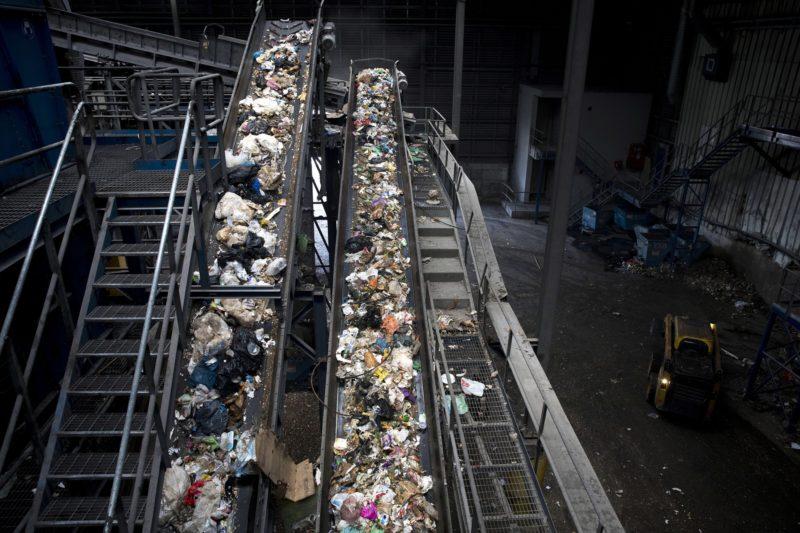 Jeruzsálem, 2018. június 4. Háztartási hulladékot továbbító szalag a GreenNet hulladékfeldolgozó telepen, Jeruzsálemben 2018. június 4-én, a környezetvédelmi világnap elõtti napon. A világnap kiemelt témája 2018-ban a mûanyaghulladék-gazdálkodás. (MTI/EPA/Abir Szultan)