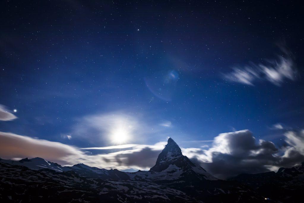 Zermatt, 2018. június 22. Lemegy a Hold a 4478 magas Matterhorn mögött Zermatt falu közelébõl nézve 2018. június 22-én. (MTI/EPA/Valentin Flauraud)