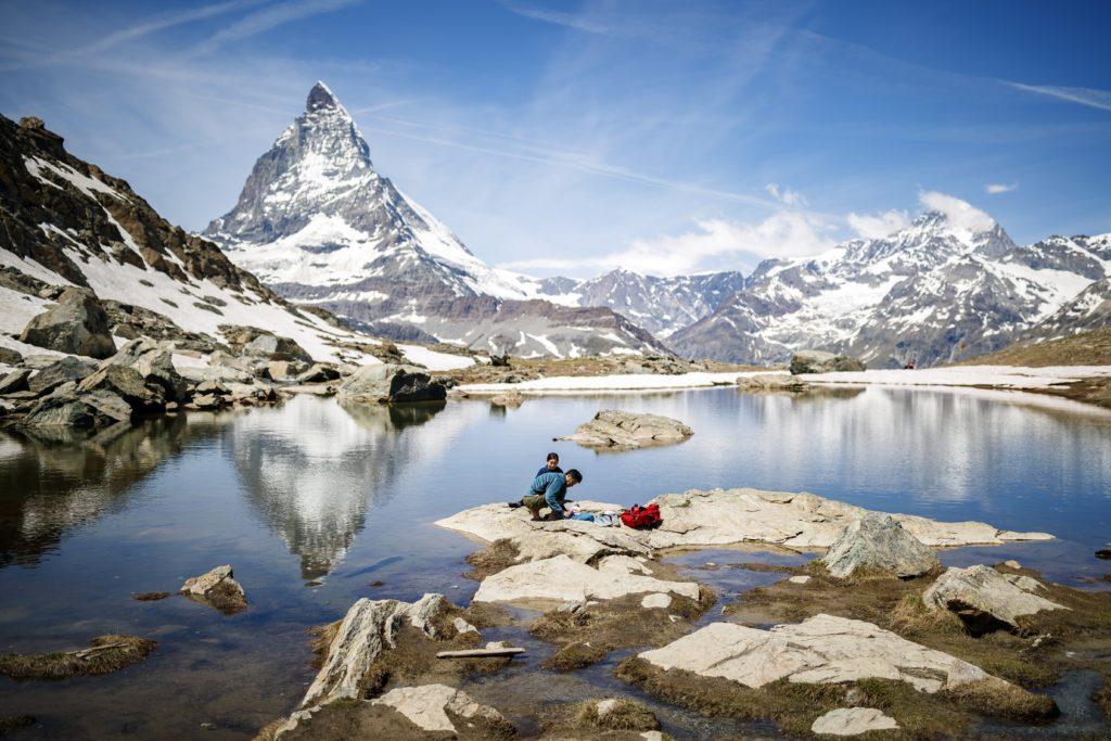 Zermatt, 2018. június 22. A 4478 magas Matterhorn a Zermatt falu fölött húzódó Riffel-tóval az elõtérben 2018. június 22-én. (MTI/EPA/Valentin Flauraud)