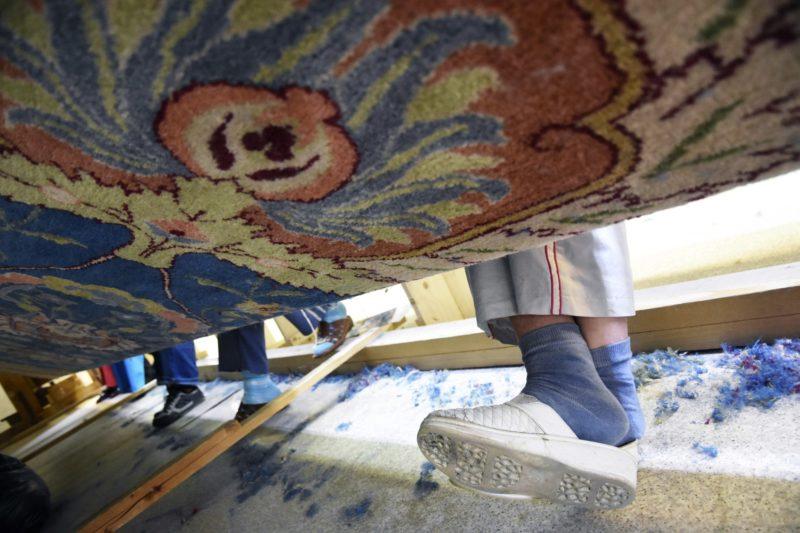 Öcsöd, 2017. február 28. Az Országház képviselõi tárgyalójába kerülõ perzsaszõnyeget szövik egy öcsödi mûhelyben 2017. február 27-én. Az országban egyedülálló, nagy méretû szövõszéken jövõ nyárra készül el a 15 millió csomóból álló, 7 méter 30 centiméter széles és 20 méter 80 centiméter hosszú szõnyeg. Hét tapasztalt szövõnõ naponta hat centimétert halad a tizenkét színbõl álló szõnyeggel, amelyhez összesen egy tonna fonalat használnak fel. MTI Fotó: Mészáros János