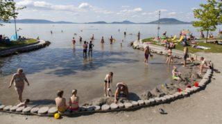 Balatonfenyves, 2017. június 5. Fürdõzõk a balatonfenyvesi szabadstrandon 2017. június 5-én. MTI Fotó: Varga György