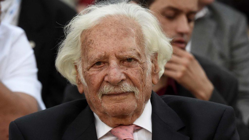 Gödöllő, 2018. június 30.Bálint György (Bálint gazda), Prima Primissima díjas kertészmérnök (b), miután átvette a Magyar Szabadságért-díjat Gémesi György polgármestertől a magyar szabadság napja alkalmából tartott ünnepségen a gödöllői Alsóparkban, a Világfa előtt 2018. június 30-án. Az utolsó megszálló szovjet katona 1991. június 19-én hagyta el hazánkat. A kivonulás után egy héttel, június utolsó szombatján tartották Gödöllőn az első magyar szabadság napját, amit azóta is minden évben megünnepelnek.MTI Fotó: Bruzák Noémi