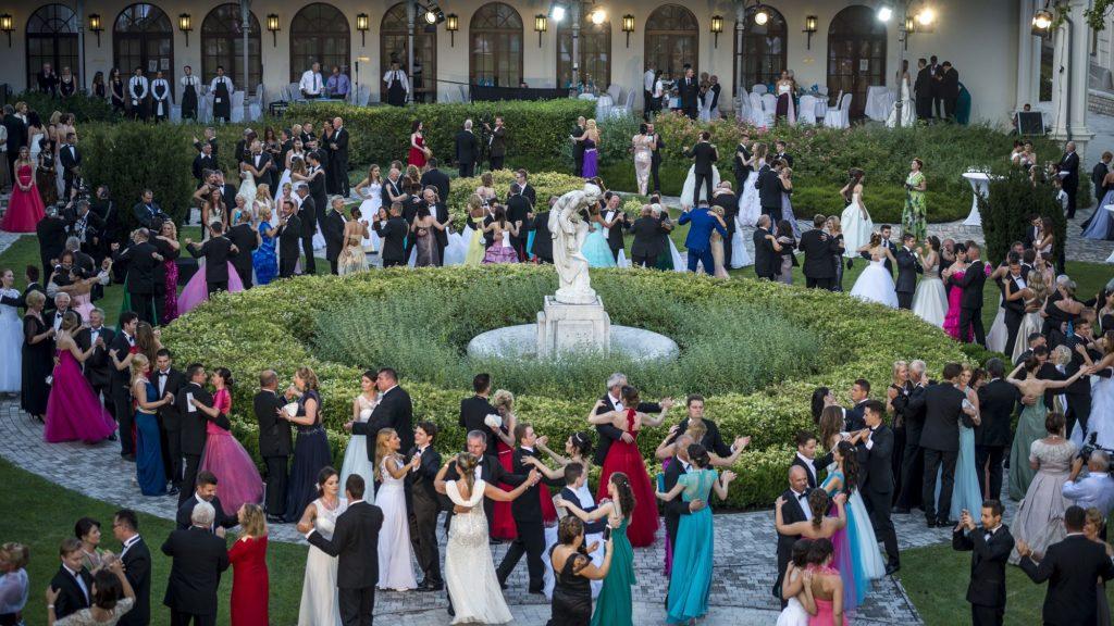 Balatonfüred, 2016. július 23. A 191. Anna-bál résztvevõi táncolnak a balatonfüredi Anna Grand Hotel parkjában 2016. július 23-án. MTI Fotó: Bodnár Boglárka