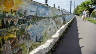 Budapest, 2018. július 24. A Természetvédelmi Világalap (WWF) magyarországi partnerei által elhelyezett, egy kilométer hosszú, a Dunát ábrázoló festmény a Carl Lutz felsõ rakpart Margit-híd és Árpád-híd közötti szakaszán 2018. július 24-én. A mûalkotás a folyó jelentõségére hívja fel a figyelmet, és a Duna folyása mentén minden országban bemutatják, nálunk mindössze egy napig látható. MTI Fotó: Balogh Zoltán