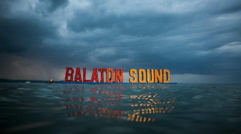 Zamárdi, 2014. július 13. A Balaton Sound fesztivál felirata lebeg a Balaton felszínén Zamárdinál, 2014. július 12-én. MTI Fotó: Mohai Balázs