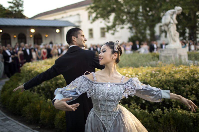 Balatonfüred, 2017. július 29. A Magyar Állami Operaház balettmûvészei táncolnak a 192. Anna-bálon a balatonfüredi Anna Grand Hotel parkjában 2017. július 29-én. MTI Fotó: Mohai Balázs