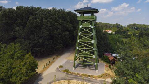 Zalamerenye, 2018. augusztus 13. A közelmúltban felavatott, felújított kilátó a zalakarosi parkerdõben, Zalamerenye közelében 2018. augusztus 13-án. A 23 méter magas tölgyfa kilátót a Zalaerdõ Zrt. saját forrásból újította fel. MTI Fotó: Varga György