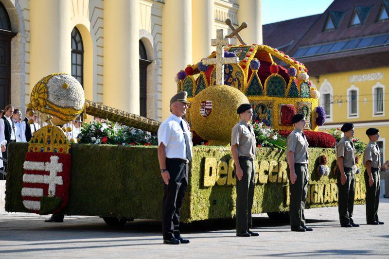 Debrecen, 2018. augusztus 20. A Szent Korona virágkocsi a 49. Debreceni Virágkarneválon 2018. augusztus 20-án. MTI Fotó: Czeglédi Zsolt