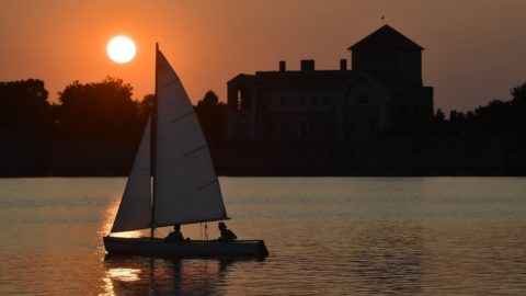 Tata, 2018. augusztus 28. A tatai Öreg-tó naplementekor, 2018. augusztus 28-án. A háttérben a vár. MTI Fotó: Czeglédi Zsolt