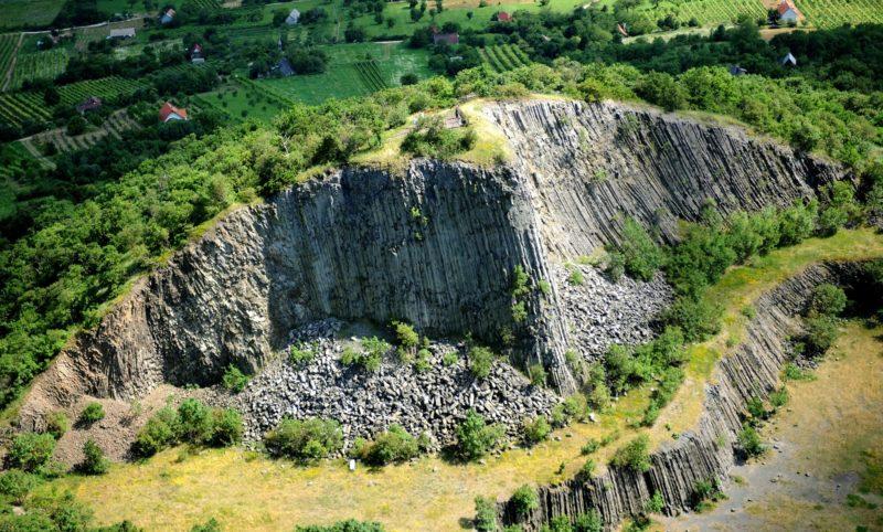 Zánka, 2010. július 4. Zánka és Monoszló között 337 méterre magasodó Hegyestû. A Balaton felõl szabályos kúp alakot mutató hegy északi felét az egykori kõbánya lefejtette, a visszamaradt, közel 50 méter magas bányafal azonban felfedi az 5-6 millió évvel ezelõtt mûködött bazalt vulkán belsejét.  MTI Fotó: H. Szabó Sándor