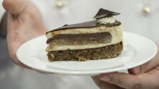 Budapest, 2018. július 31. Sztaracsek Ádám, a Jánoska Cukrászda cukrásza által készített, Magyarország tortájának választott Komáromi kisleány elnevezésû torta egy szelete az augusztus 20-i ünnepi rendezvények szervezõinek sajtótájékoztatóján az Országház Vadásztermében 2018. július 31-én. A torta mézes-diós tészta alapú, van benne körte, csokoládé, vaníliás krém, fahéj és gyömbér. MTI Fotó: Mohai Balázs