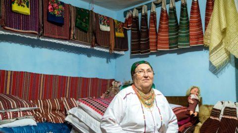 Pusztina, 2017. december 27. A hagyományos csángó viseletbe öltözött Mátyás Margit szülõházának tisztaszobájában a Bákó megyei Pusztinán 2017. december 27-én. MTI Fotó: Veres Nándor